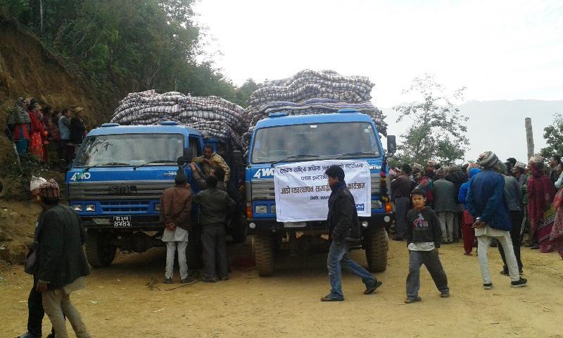 救援機構把毛氈及睡墊運至尼泊爾災區,準備向地震災民派發。
