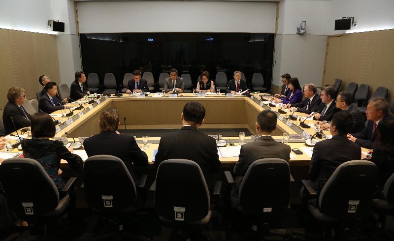 行政長官梁振英(後排左二)今日(一月六日)與金融發展局主席史美倫(後排左三)及成員會面,就香港金融服務業的發展交換意見。署理財政司司長陳家強(後排左一)亦有出席。