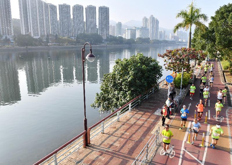 第六屆全港運動會「全城躍動活力跑」今日(一月八日)於沙田城門河畔舉行,參加者享受跑步運動的樂趣之餘,亦可欣賞沿途風景。