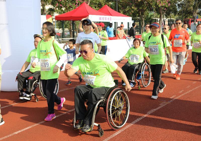 不同年齡及能力的市民今日(一月八日)在沙田城門河畔舉行的「全城躍動活力跑」中享受跑步的樂趣。