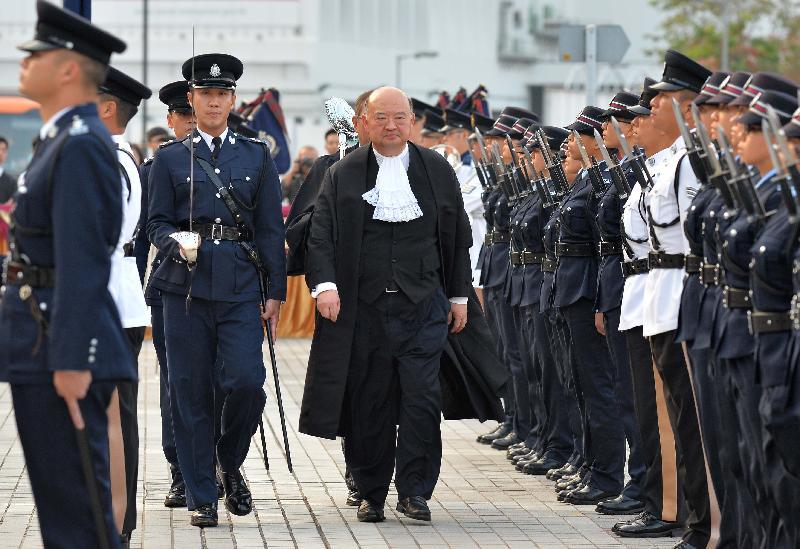 終審法院首席法官馬道立今日(一月九日)主持二○一七年法律年度開啟典禮,並於愛丁堡廣場檢閱香港警察儀仗隊。