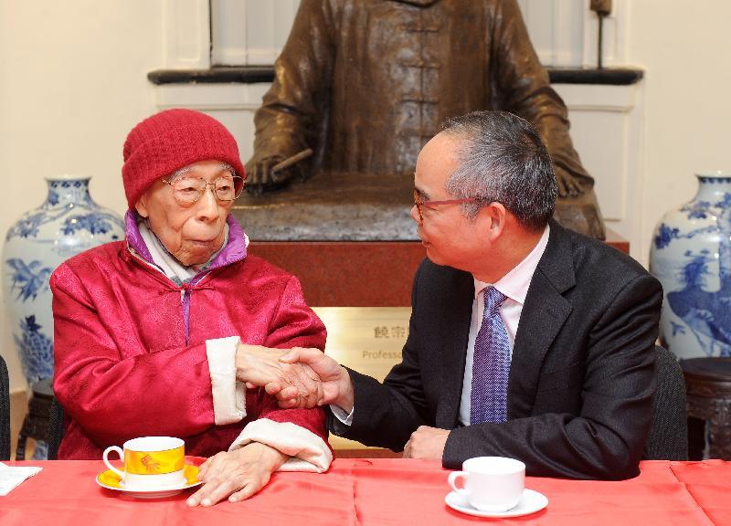 民政事務局局長劉江華(右)今日(一月十二日)到香港大學饒宗頤學術館向國學大師饒宗頤教授送上新春祝賀。