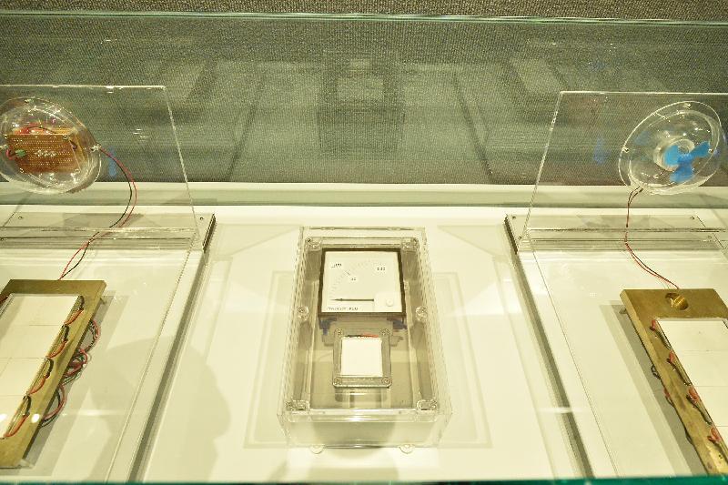 香港科學館今日(一月十三日)至八月三十日於科訊廊舉行「便攜式能量收集裝置」展覽。圖示展覽以三組模組演示能量收集裝置如何以塞貝克效應(或珀爾帖效應)原理運作,把人體的熱能轉換成電能發電。