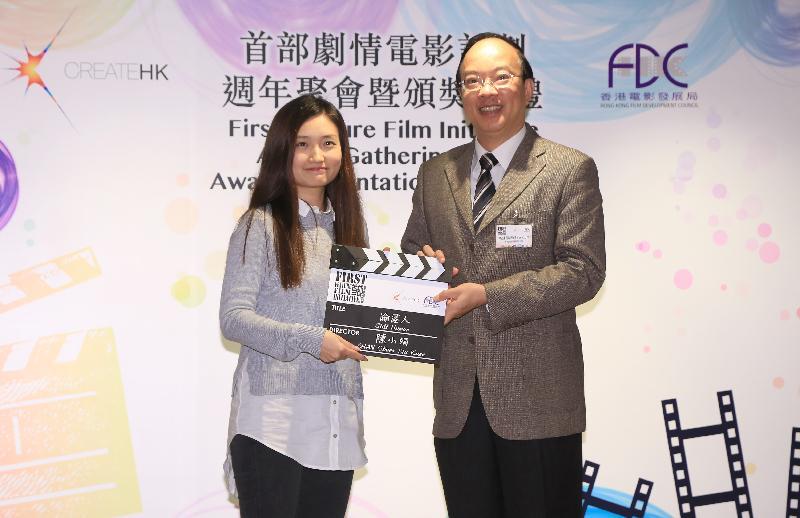 創意香港今日(一月十三日)公布第三屆「首部劇情電影計劃」優勝團隊名單。圖示香港電影發展局主席馬逢國(右)與大專組優勝電影計劃的導演陳小娟(左)合照。