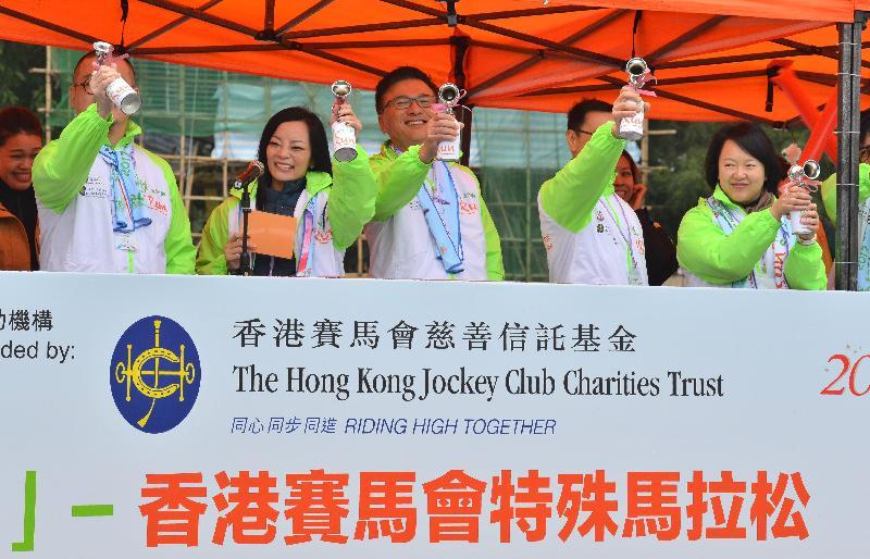 署理財政司司長陳家強(中)、東華三院主席馬陳家歡(左二)及其他嘉賓今日(一月十五日)一同為東華三院「奔向共融」-香港賽馬會特殊馬拉松2017主持起跑禮。