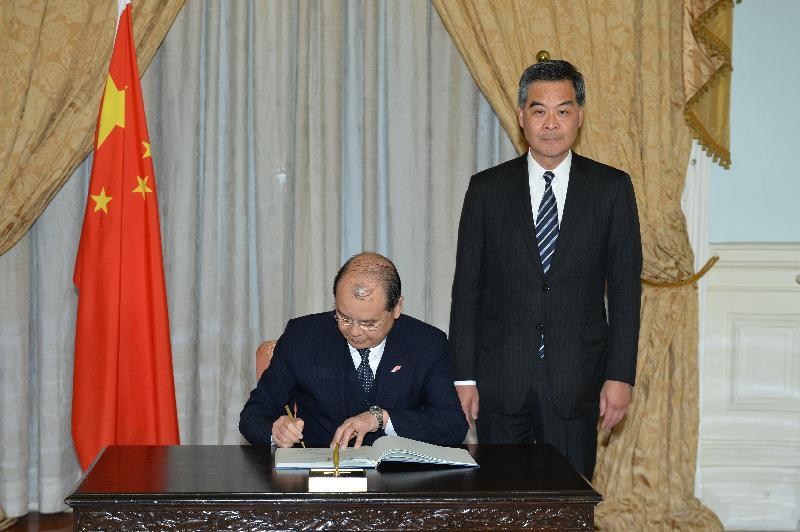 新任政務司司長張建宗今日(一月十六日)在宣誓後簽署誓言。