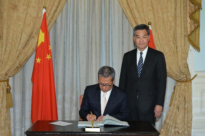 新任財政司司長陳茂波今日(一月十六日)在宣誓後簽署誓言。