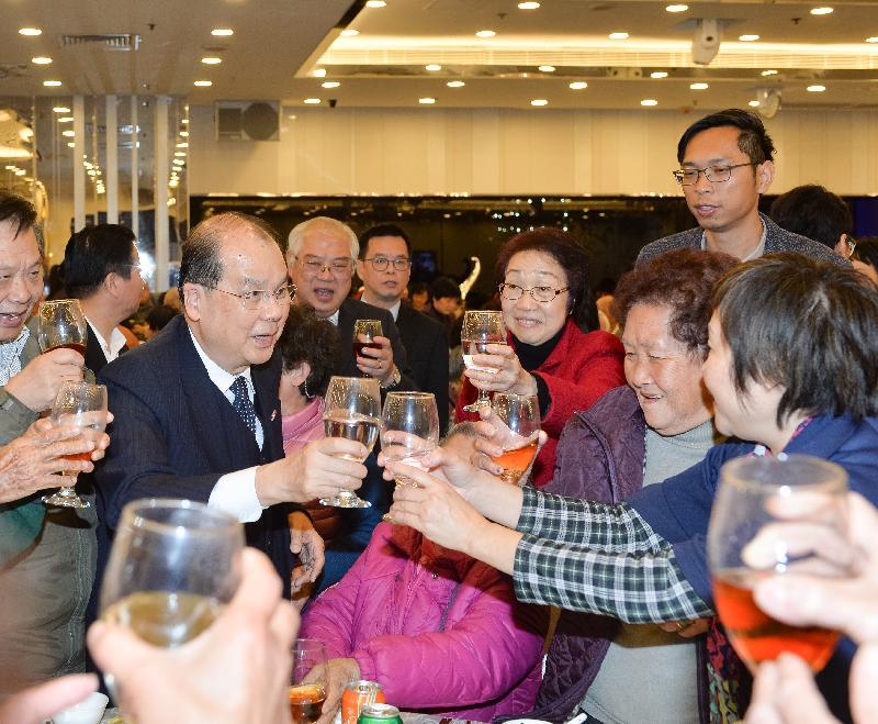 政務司司長張建宗今日(一月十六日)傍晚出席香港工會聯合會舉辦的「2017關懷全港獨居長者與您共晉團年宴」。圖示張建宗(左二)向長者問好,祝願他們在新的一年健康愉快。