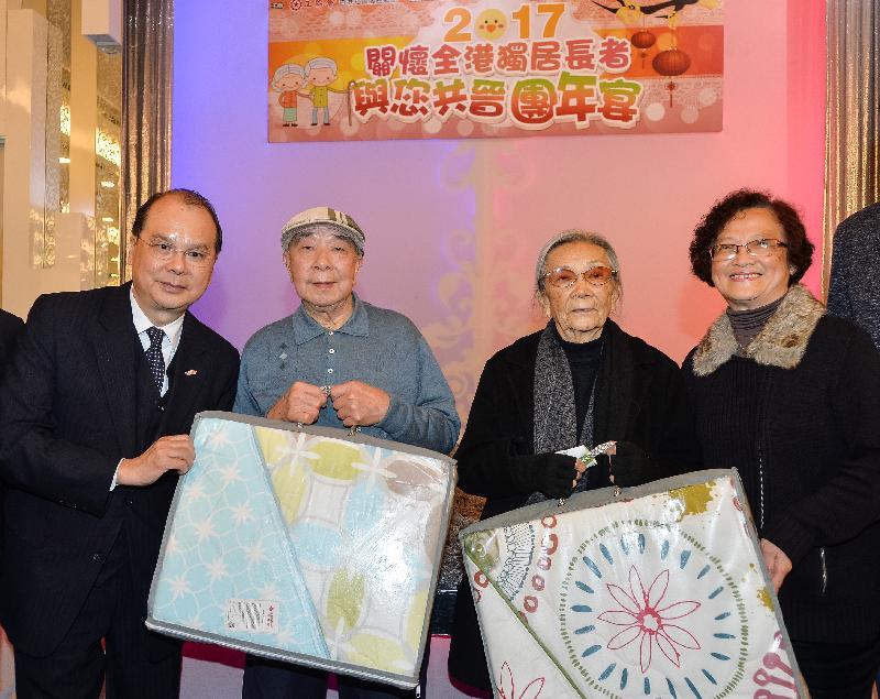 政務司司長張建宗(左一)今日(一月十六日)傍晚出席香港工會聯合會舉辦的「2017關懷全港獨居長者與您共晉團年宴」,並與香港工會聯合會會長林淑儀(右一)致送禮品予長者。