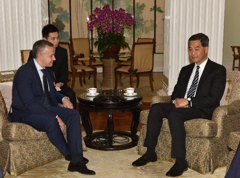 行政長官梁振英(右)今日(一月十六日)下午在禮賓府與訪港的白俄羅斯第一副總理瓦西里.馬秋舍夫斯(左)會面,就雙方共同關心的課題交換意見。
