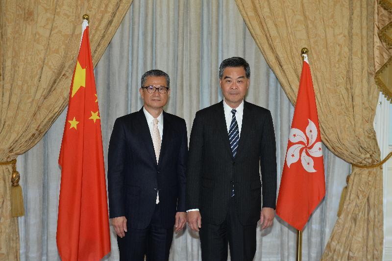 行政長官梁振英今日(一月十六日)與新任財政司司長陳茂波合照。