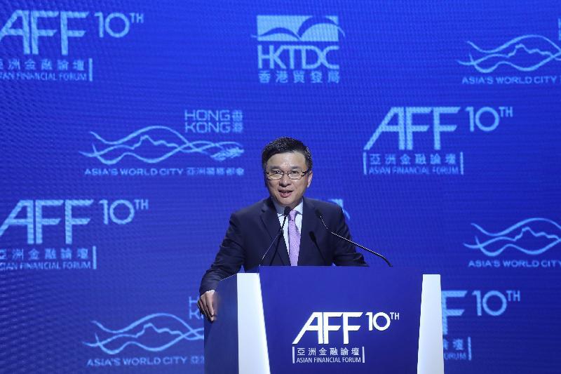 財經事務及庫務局局長陳家強今日(一月十六日)上午在香港會議展覽中心出席第十屆亞洲金融論壇的主題演講環節「亞洲:帶動變革、創新與聯繫」,並在環節上發言。該環節剖析亞洲的前景,並探討在當前金融和貨幣政策走勢未明的背景下,亞洲應如何與其他地區的夥伴合作,鞏固環球經濟的可持續增長。