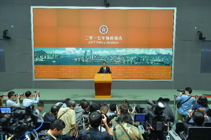 行政長官梁振英今日(一月十八日)在立法會發表二零一七年《施政報告》後,下午於添馬政府總部主持記者會。