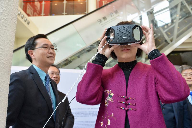 《時代‧憶記──活在香港歷史建築》展覽的開幕典禮今日(一月十九日)於香港文物探知館舉行。圖示康樂及文化事務署署長李美嫦(右)試玩虛擬實境裝置。圖左為署理發展局局長馬紹祥。