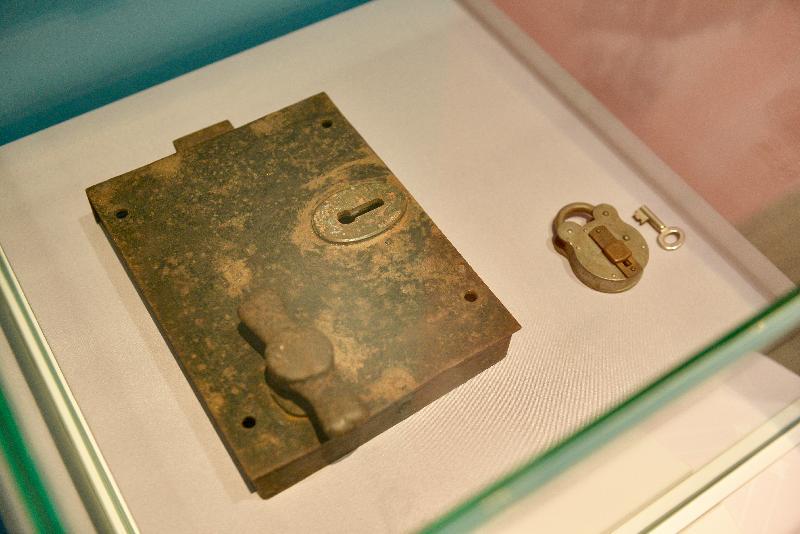 《時代‧憶記──活在香港歷史建築》展覽今日(一月十九日)於香港文物探知館開幕。圖為展覽中展示的中環域多利監獄門鎖及鎖匙。