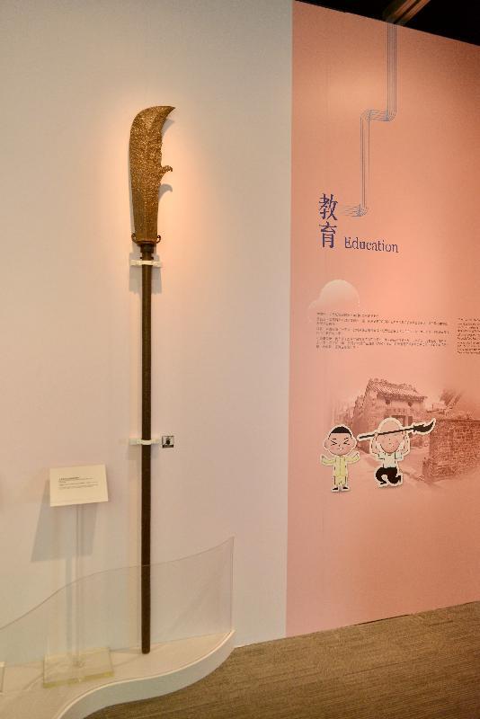 《時代‧憶記──活在香港歷史建築》展覽今日(一月十九日)於香港文物探知館開幕。圖為展覽中展示的錦田長春園鑄鐵關刀。