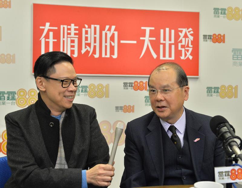 政務司司長張建宗(右)今早(一月二十日)出席商業電台節目「在晴朗的一天出發」。