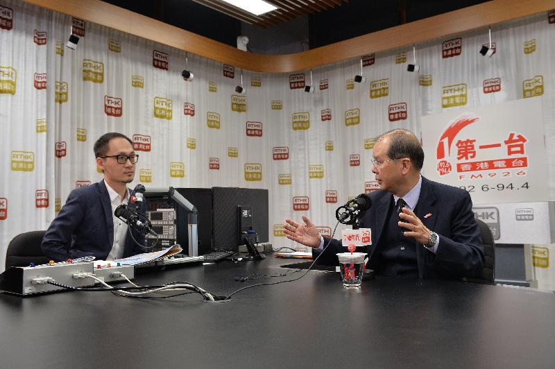 政務司司長張建宗(右)今早(一月二十日)出席香港電台節目「千禧年代」。