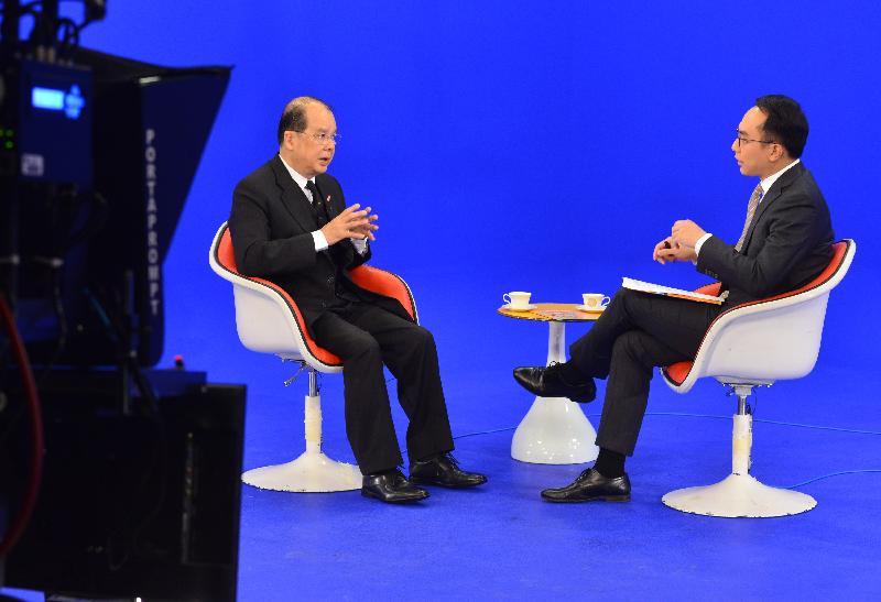 政務司司長張建宗(左)今日(一月二十一日)上午出席無綫電視節目「講清講楚」。