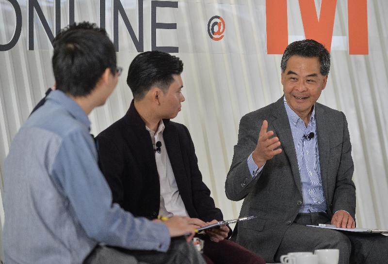 行政長官梁振英(右一)今日(一月二十三日)下午在香港青年協會舉辦的「施政online@M21」網上直播節目中,向青年創新及科技企業家講解二零一七年《施政報告》。