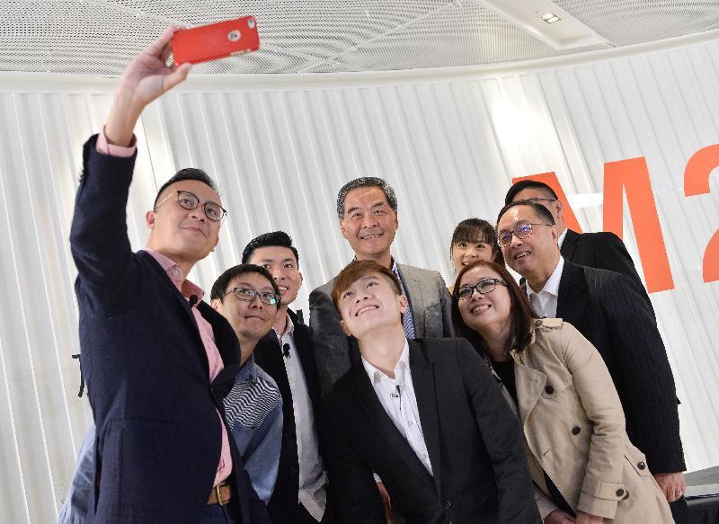 行政長官梁振英和創新及科技局局長楊偉雄今日(一月二十三日)下午在香港青年協會舉辦的「施政online@M21」網上直播節目上,與青年創新及科技企業家合照。
