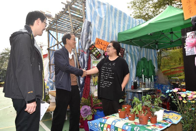 環境運動委員會(環運會)宣傳工作小組委員今日(一月二十四日)到訪長沙灣遊樂場的年宵市場,視察「綠色年宵」活動進行的情況。圖示環運會主席林超英(左二)與長春社副總監黃子勁(左一)探訪簽署環保約章的「綠色商戶」,感謝負責人積極響應「綠色年宵」。