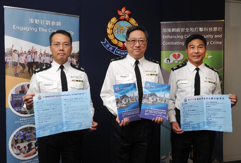 警務處處長盧偉聰今日(一月二十四日)在記者會上回顧二○一六年香港整體罪案情況。警務處副處長(管理)周國良(右)及副處長(行動)劉業成(左)亦出席了記者會。