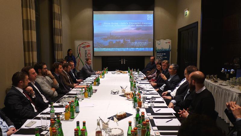 財經事務及庫務局副局長劉怡翔(右四)一月二十四日(柏林時間)在柏林出席金融科技圓桌會議,並在會上發言。