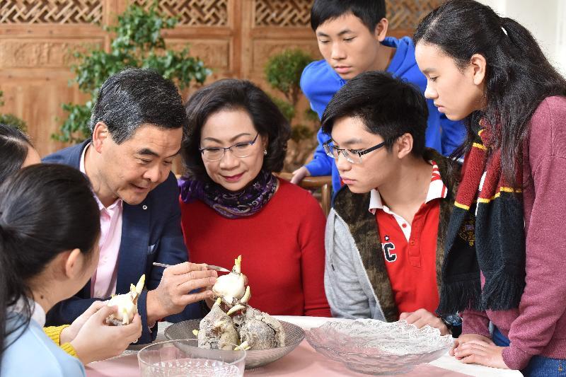 行政長官梁振英今日(一月二十七日)發表農曆新年賀辭。梁振英和夫人梁唐青儀恭祝全港市民身體健康、心想事成、萬事如意。