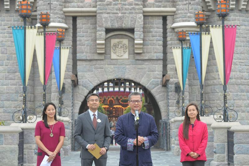 財政司司長陳茂波(右二)今日(一月二十八日)在香港迪士尼樂園「惜食傳福」賀雞年活動上致辭。