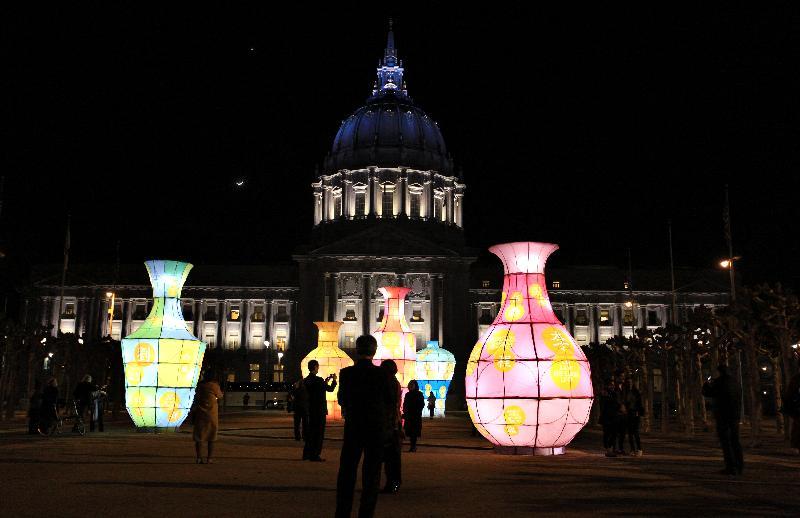 大型花瓶型竹藝燈籠照亮了三藩市市政中心廣場。
