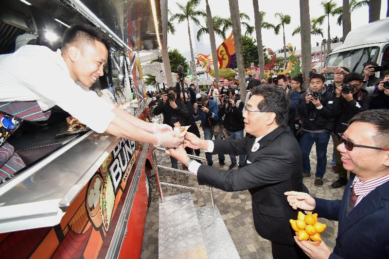 商務及經濟發展局局長蘇錦樑(右二)今日(二月二日)在美食車先導計劃開幕典禮後參觀美食車及試食招牌菜色。