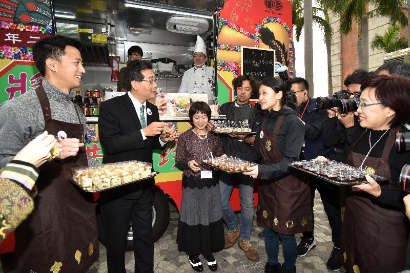 商務及經濟發展局局長蘇錦樑(左二)今日(二月二日)在美食車先導計劃開幕典禮後參觀美食車及試食招牌菜色。