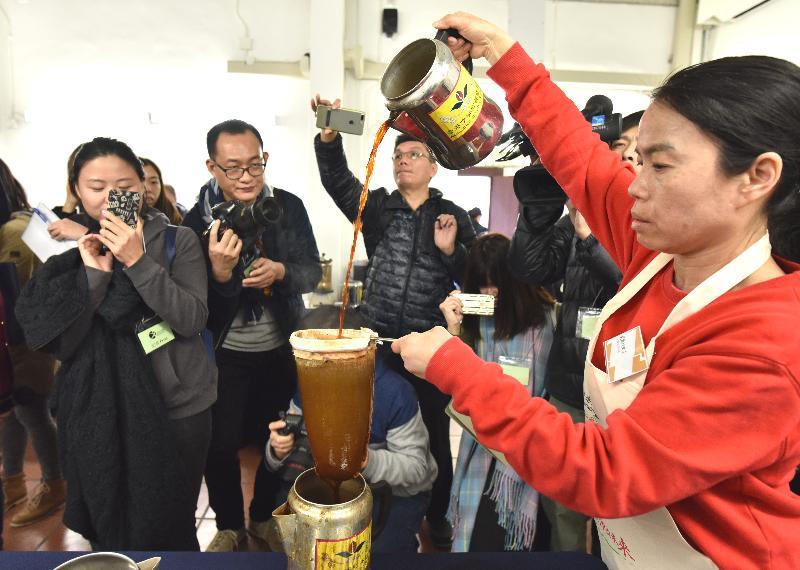 圖示港式奶茶製作技藝示範。