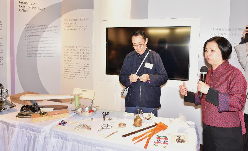 非物質文化遺產辦事處總監何詠思(右)今日(二月十二日)在香港非物質文化遺產代表作建議名單傳媒簡報會上,就香港中式長衫和裙褂製作技藝師傅馮鍶(左)的示範作出講解。