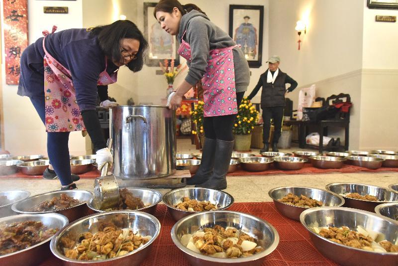 圖示大埔頭村鄧氏家族「食盆」製作過程。