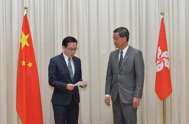 新任發展局局長馬紹祥(左)今日(二月十三日)在行政長官梁振英(右)監誓下宣誓就職。