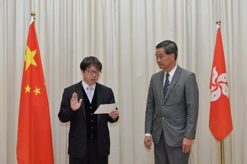 新任勞工及福利局局長蕭偉強(左)今日(二月十三日)在行政長官梁振英(右)監誓下宣誓就職。