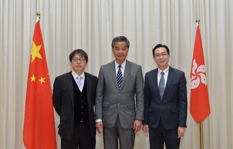 行政長官梁振英(中)今日(二月十三日)與新任發展局局長馬紹祥(右)和新任勞工及福利局局長蕭偉強(左)合照。