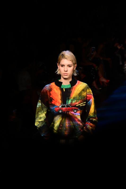 國際時裝設計師譚燕玉今日(紐約時間二月十五日)在紐約時裝展介紹她以香港為靈感的2017秋冬時裝系列。圖示時裝系列的設計。