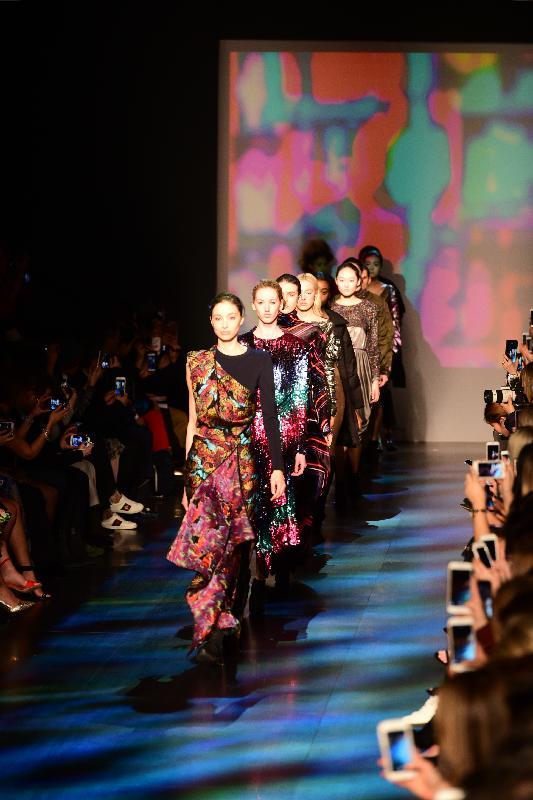 國際時裝設計師譚燕玉今日(紐約時間二月十五日)在紐約時裝展介紹她以香港為靈感的2017秋冬時裝系列。圖示時裝系列的部分設計。