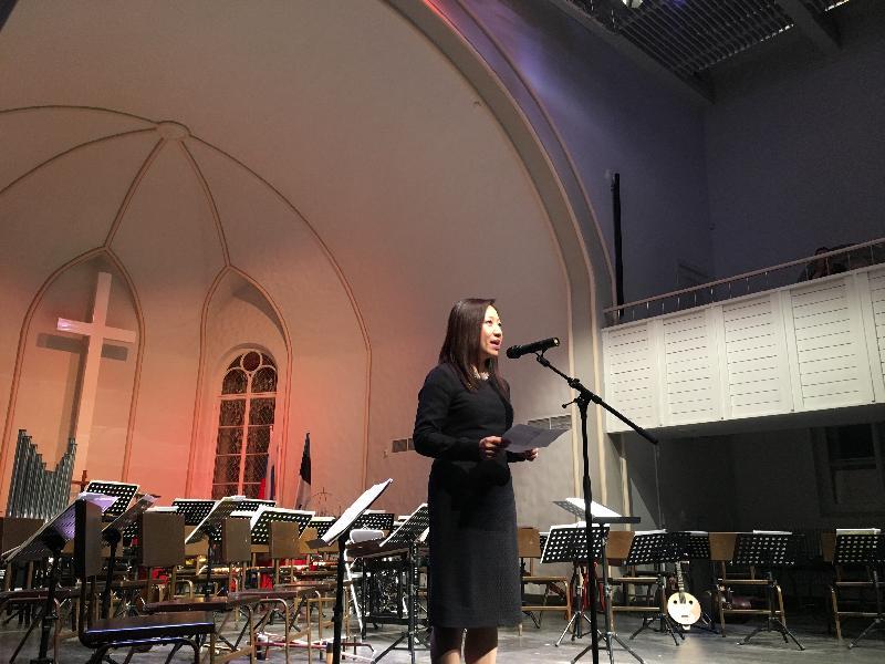 香港中樂團於二月十六日(俄羅斯時間)在聖彼得堡舉行音樂會,圖示香港駐倫敦經濟貿易辦事處處長杜潔麗在音樂會上致辭。