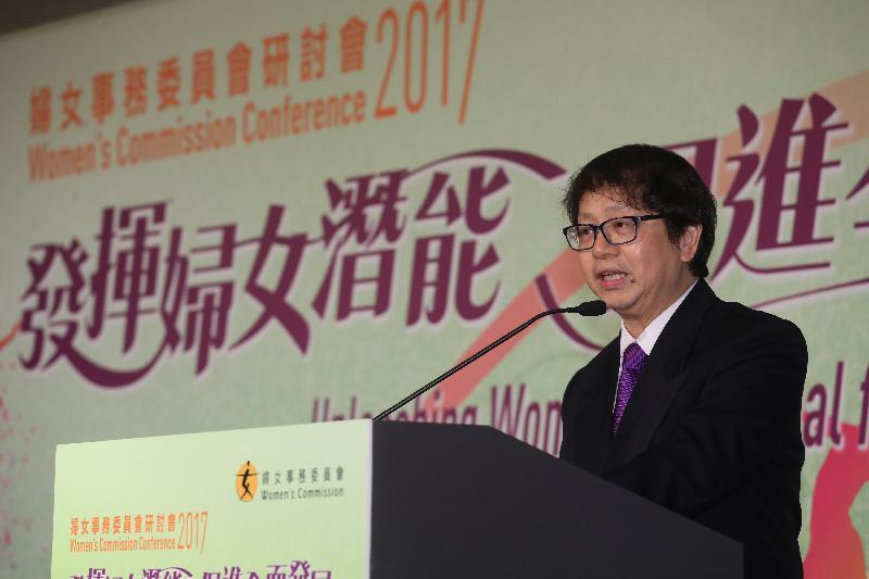 勞工及福利局局長蕭偉強今日(二月二十一日)在香港會議展覽中心出席婦女事務委員會研討會2017。圖示蕭偉強在研討會的全體會議上,就「HeForShe-男性在倡導改變的角色」發表專題演說。