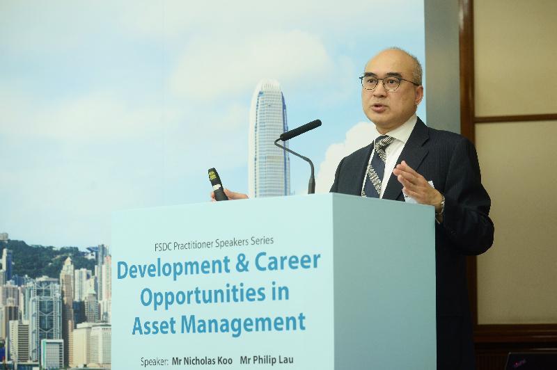 金融發展局今日(二月二十二日)與香港大學經濟及工商管理學院合辦「資產管理業的發展及就業機遇」就業論壇。圖示摩根資產管理亞太區執行董事古偉新在論壇上,向與會者介紹資產管理業的工作機會。