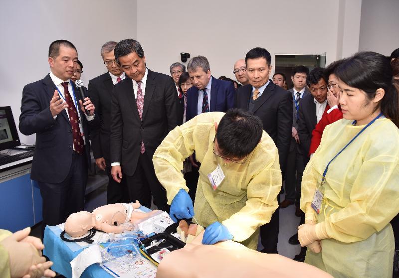行政長官梁振英今日(二月二十三日)在深圳參觀香港大學深圳醫院。圖示梁振英(左三)在香港大學深圳醫院院長盧寵茂教授(左二)陪同下,參觀臨床醫學技能模擬培訓中心。