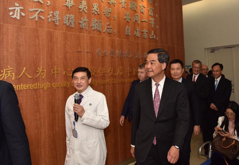 行政長官梁振英今日(二月二十三日)在深圳參觀香港大學深圳醫院。圖示梁振英參觀中醫針灸推拿區。