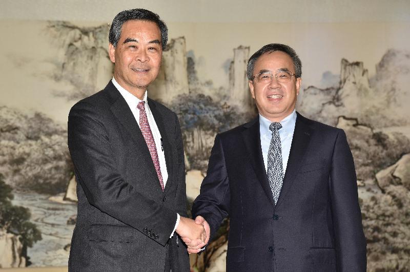 行政長官梁振英(左)今日(二月二十三日)在廣州與廣東省委書記胡春華會面,就雙方共同關注的議題交換意見。