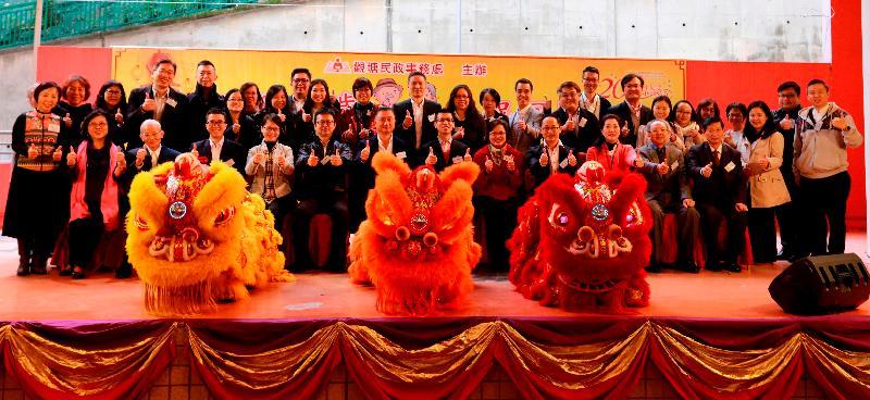 為慶祝觀塘區加入世界衞生組織(世衞)「全球長者友善城市及社區網絡」和香港回歸祖國二十周年,觀塘民政事務處今日(二月二十三日)舉辦「醒獅賀歲慶祝回歸-觀塘區千歲盛宴」。圖示觀塘區議會主席陳振彬(前排右七)、觀塘民政事務專員羅莘桉(前排右六)及其他嘉賓主持典禮儀式。