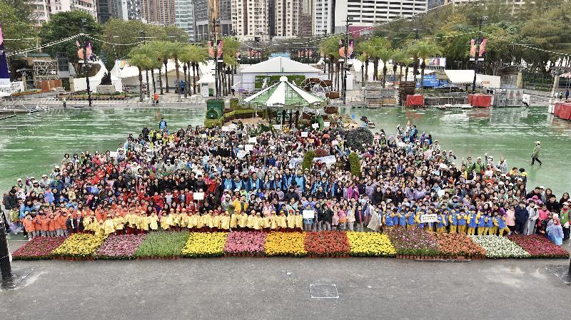 超過一千一百名來自三十六間學校的學生,今日(二月二十五日)於維多利亞公園協助鑲嵌大型花壇「遊園樂」,整個花壇由三萬多株不同品種的花卉植物鑲嵌而成,色彩繽紛。