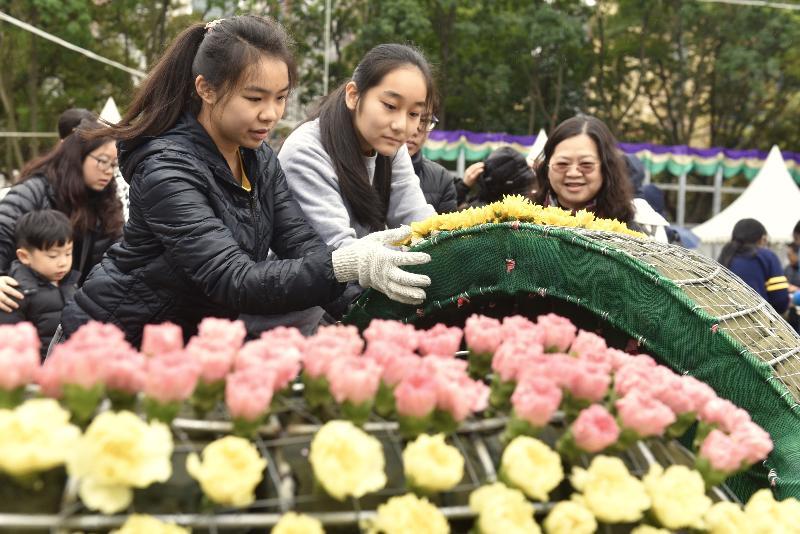 超過一千一百名來自三十六間學校的學生,今日(二月二十五日)於維多利亞公園協助鑲嵌大型花壇「遊園樂」。花壇展示遊樂場內傳統機動遊戲的造型,喚起遊人的快樂回憶。花壇會於即將舉行的香港花卉展覽中展出。